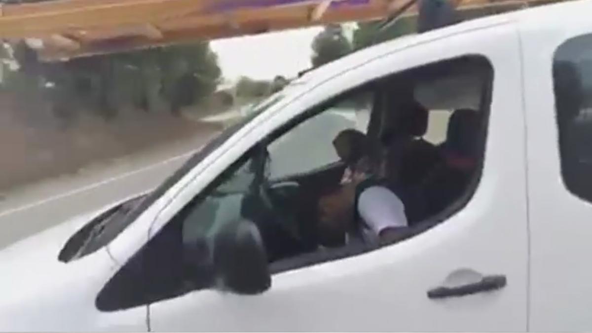 Un conductor borratxo es queda adormit al volant en un stop a Sabadell |Vídeo