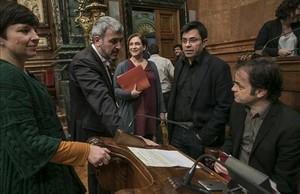 Asens, a la derecha, con la alcaldesa Colau,los también tenientes de alcalde Pisarello yOrtiz, yel líder municipal del PSC, Collboni.