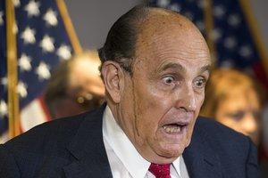 Una gota de sudor mezclada con tinte capilar cae por la cara de un alterado Giuliani, durante la rueda de prensa del jueves en Washington.