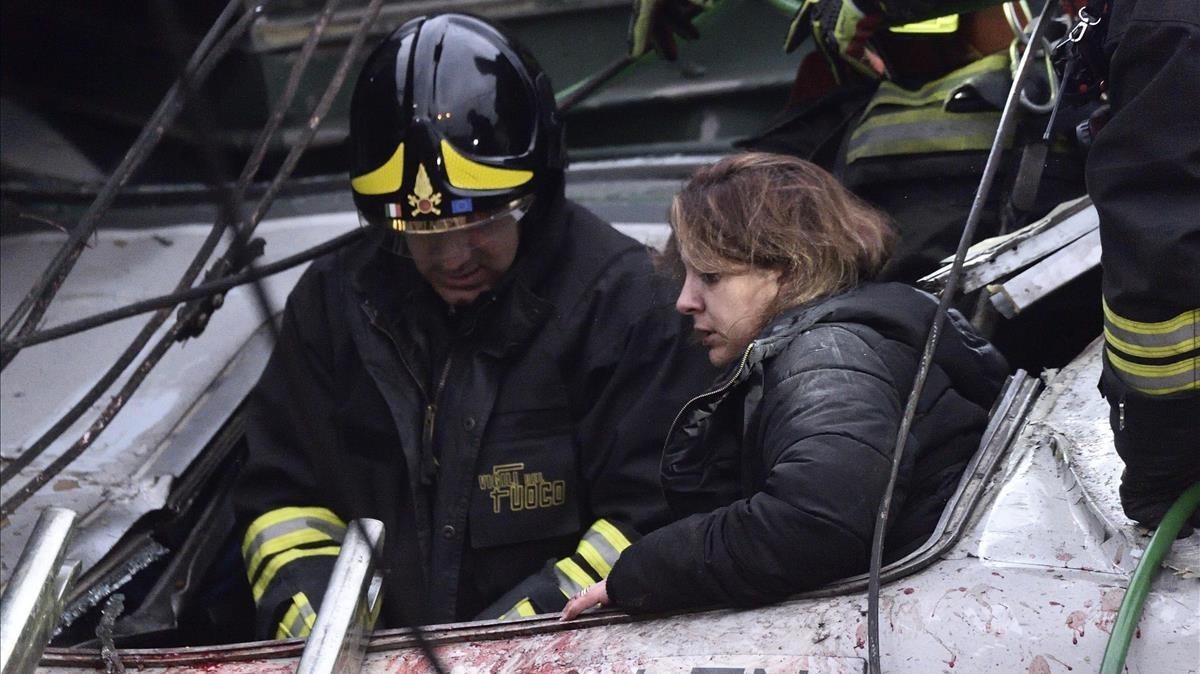 Una joven es atendida por los servicios de emergencia.