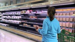 Una mujer hace la compra en Boadilla del Monte (Madrid) desatendiendo el primer consejo: no coger los carros del supermercado.