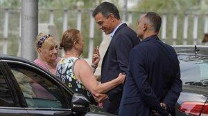 Unas mujeres se acercan a hablar con el presidente em funciones, Pedro Sánchez, en Madrid, este lunes.