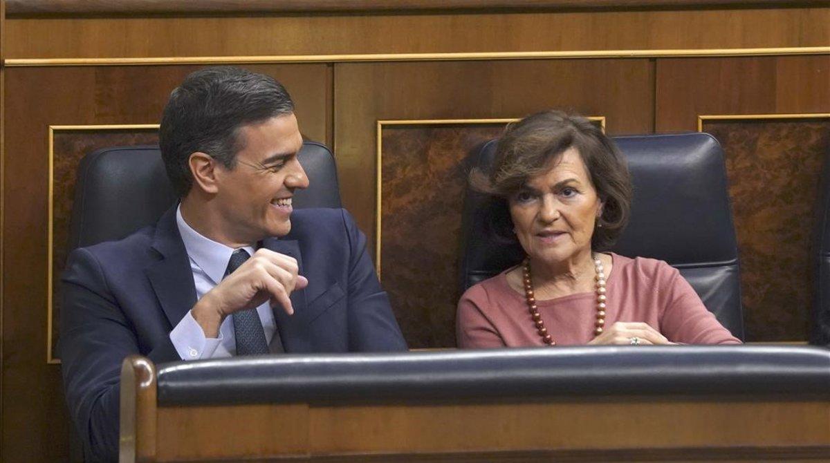 Pedro Sánchez y Carmen Calvo, el pasado martes en el Congreso, durante el debate de investidura.