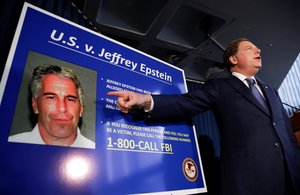 JSX05. New York (United States), 08/07/2019.- United States Attorney for the Southern District of New York Geoffrey Berman speaks during a news conference about the arrest of American financier Jeffrey Epstein in New York, USA, 08 July 2019. According to reports, US financier Jeffrey Epstein who was arrested on 08 July 2019 on sex trafficking and conspiracy charges, has been formally charged with two sex trafficking counts. (Estados Unidos, Nueva York) EFE/EPA/JASON SZENES