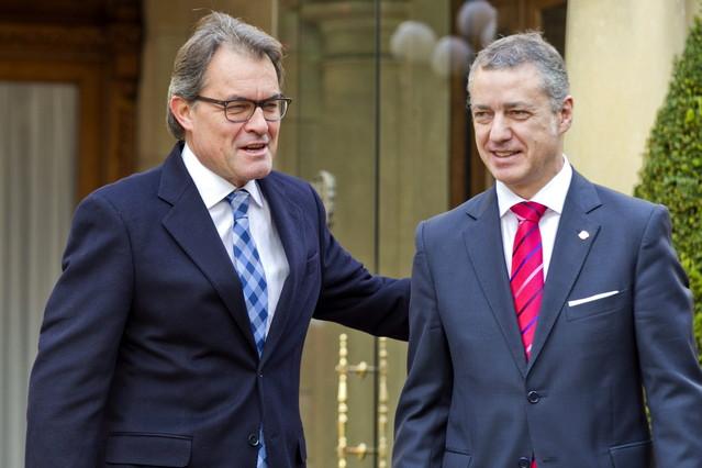 El lehendakari, Iñigo Urkullu y el presidente de la Generalitat, Artur Mas al inicio del encuentro que han mantenido en el palacio Ajuria Enea de Vitoria.