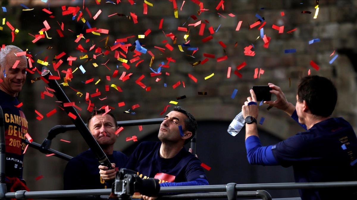 Valverde se fotografia en el bus de los campeones por las calles de Barcelona.