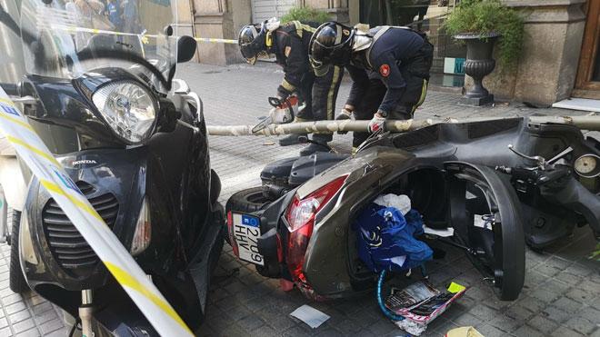 Un cotxe fora de control puja a la vorera i envesteix motos i arbres a Barcelona