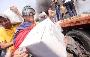 Venzolanos con cajas de ayuda humanitaria que entró por la fontera con Colombia.