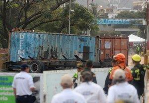 El puente Simón Bolivar en la frontera entre Colombia y Venezuela permanece bloquado.
