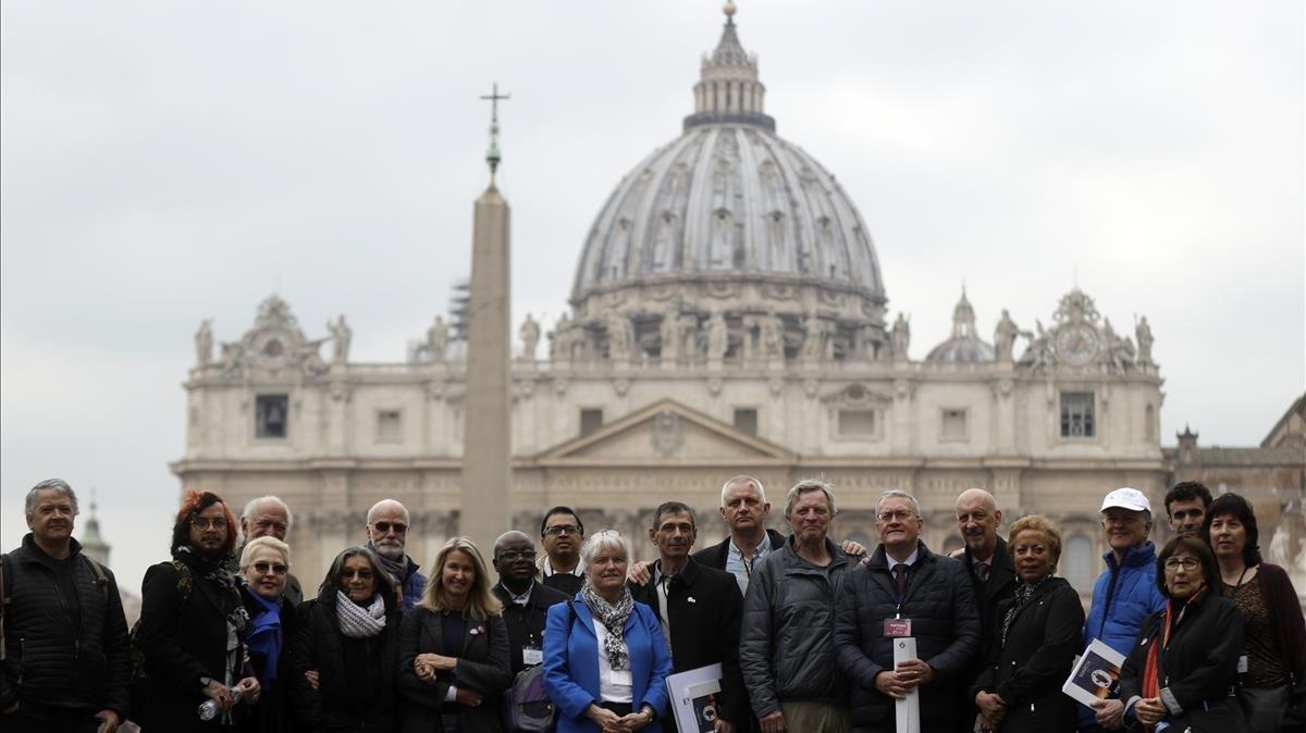 Miembros de Ending of Clergy Abuse, organización de supervivientes de los abusos sexuales en la Iglesia, este lunes en el Vaticano.