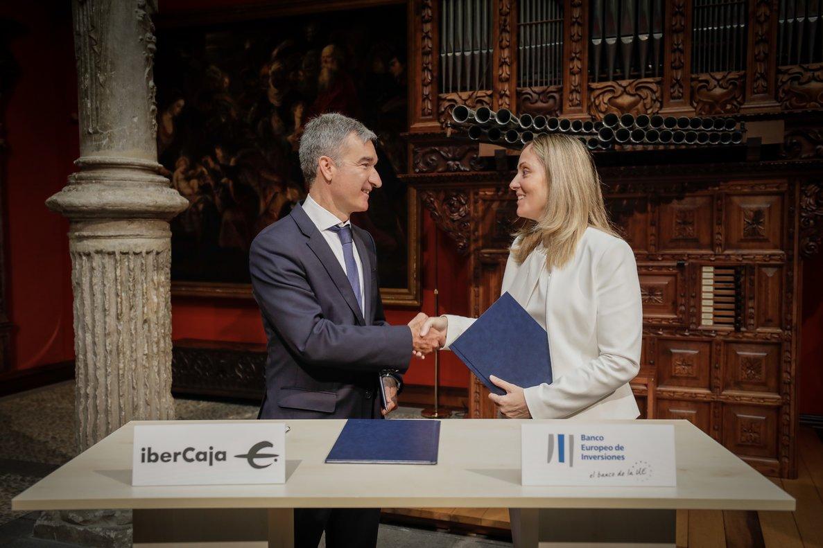 La vicepresidenta del BEI, Emma Navarro, y elconsejero delegado de Ibercaja, Víctor Iglesias; en la firma del acuerdo.