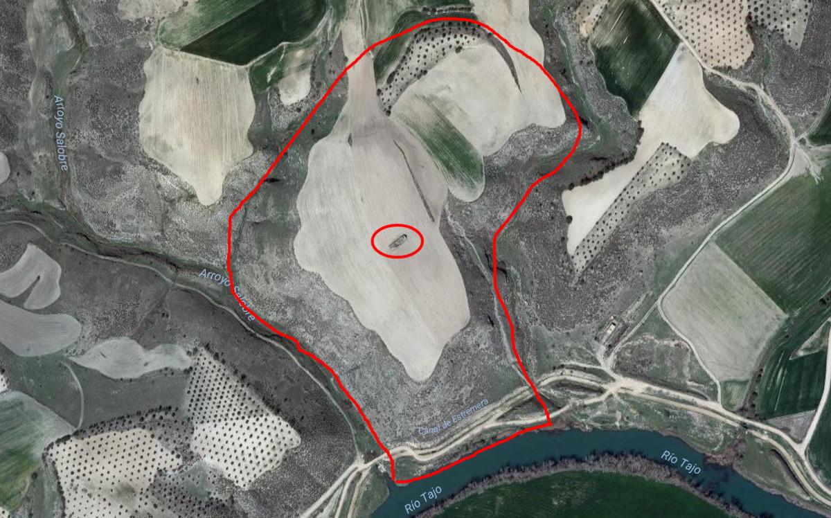 Vista aérea del cerro donde se hallan los restos arqueológicos de Caraca, con la ermita que se levanta sobre el templo en el centro.