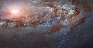 Messier 90, la galàxia que s'acosta estranyament a la nostra Via Làctia