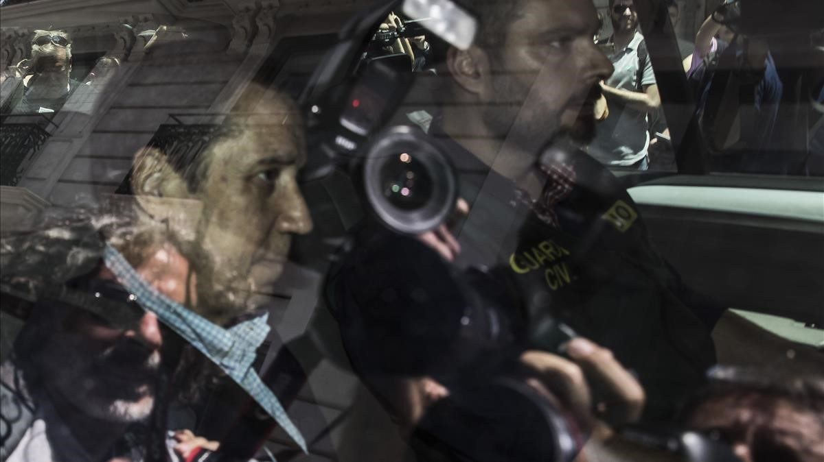 Zaplana abandona detenido su domicilio tras asistir al registro del mismo