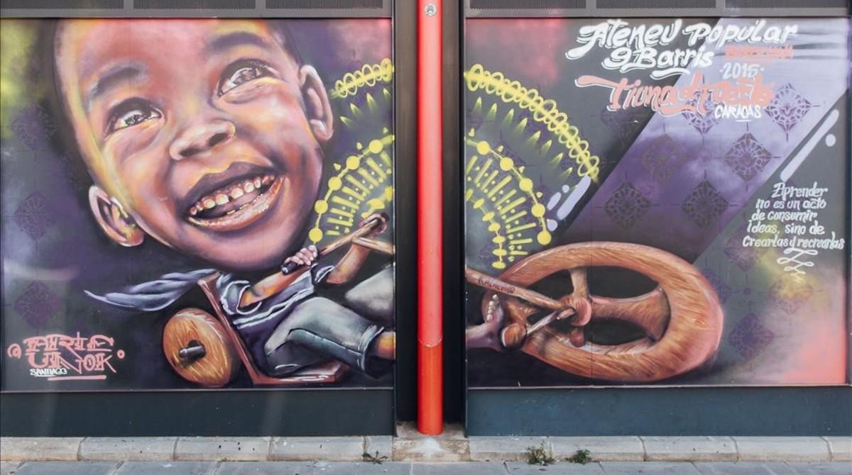 Uno de los espectaculares murales en las paredes exteriores del Ateneu Popular Nou Barris.