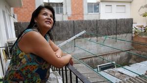 Lizcett alza la mirada apoyada en el pequeño balcón de su piso de L' Hospitalet.