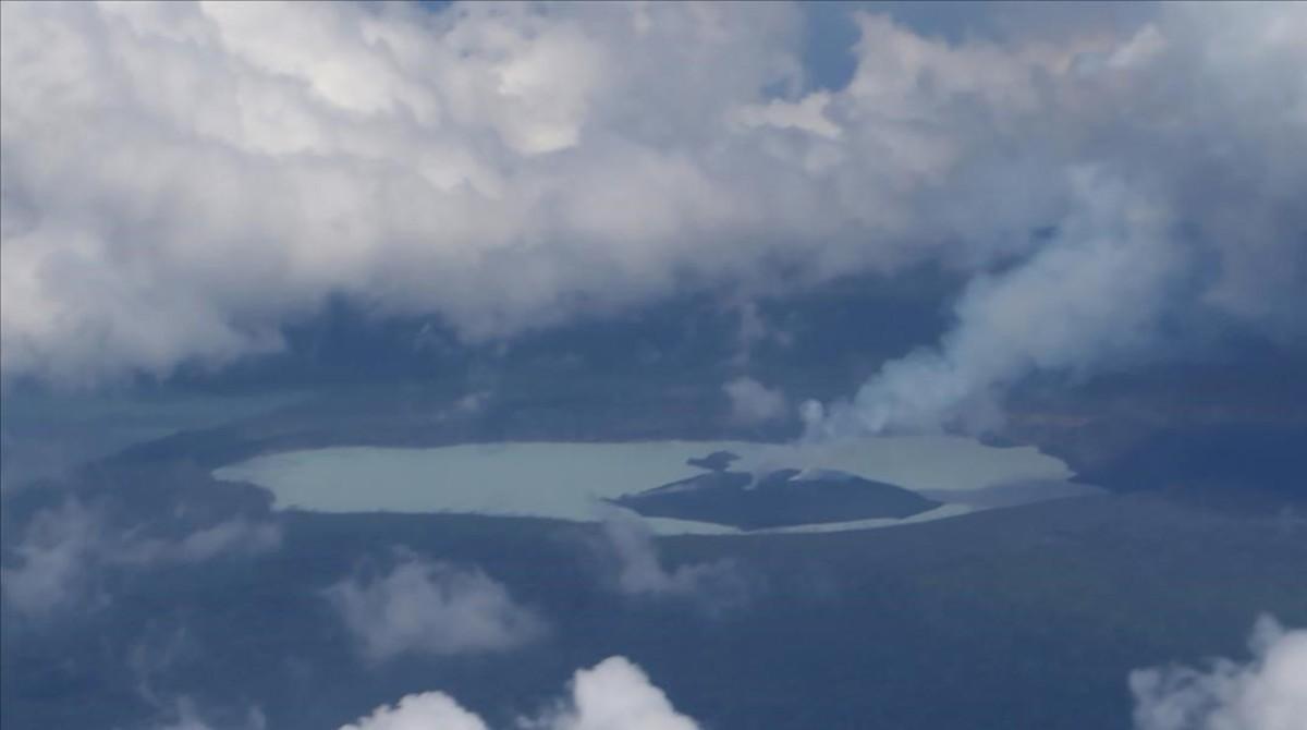 Fotografía aérea del volcán Manaro en la isla de Ambae.