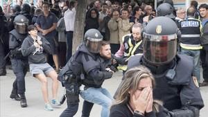 """Un informe denuncia les """"inhumanes"""" càrregues policials de l'1-O"""