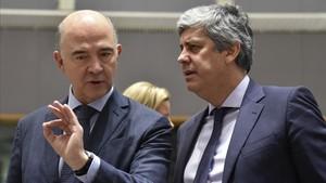 El comisario europeo de Economía, Pierre Moscovici, conversa con el ministro portugés de Finanzas, Mario Centeno, este martes en Bruselas.