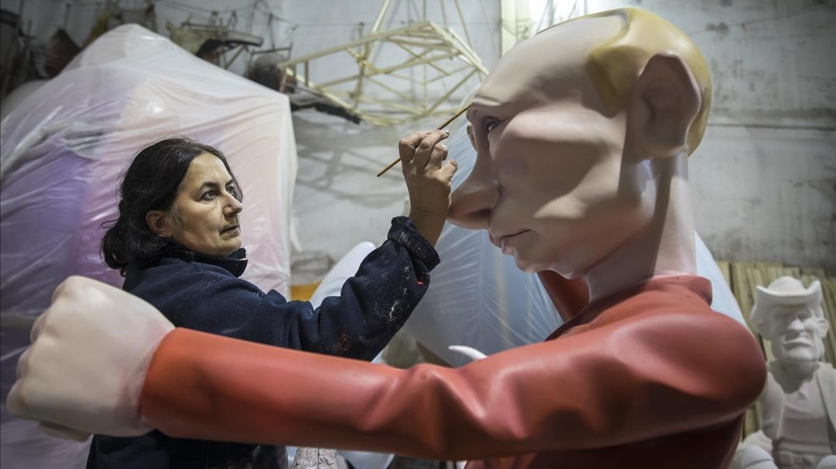 Ana María Martinezpinta una figura que representa al presidente ruso Vladimir Putin en un taller de fallas.