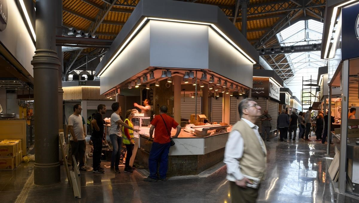 Recta final de preparativos para la apertura del mercado de Sant Antoni.