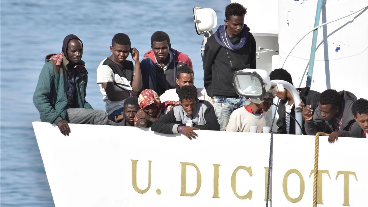 Inmigrantes sobre la cubierta del Diciotti, el pasado junio.
