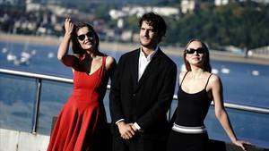 Louis Garrel, entre Laetitia Casta (izquierda) y Lily Rose (derecha), los tres protagonistas de Un hombre fiel.