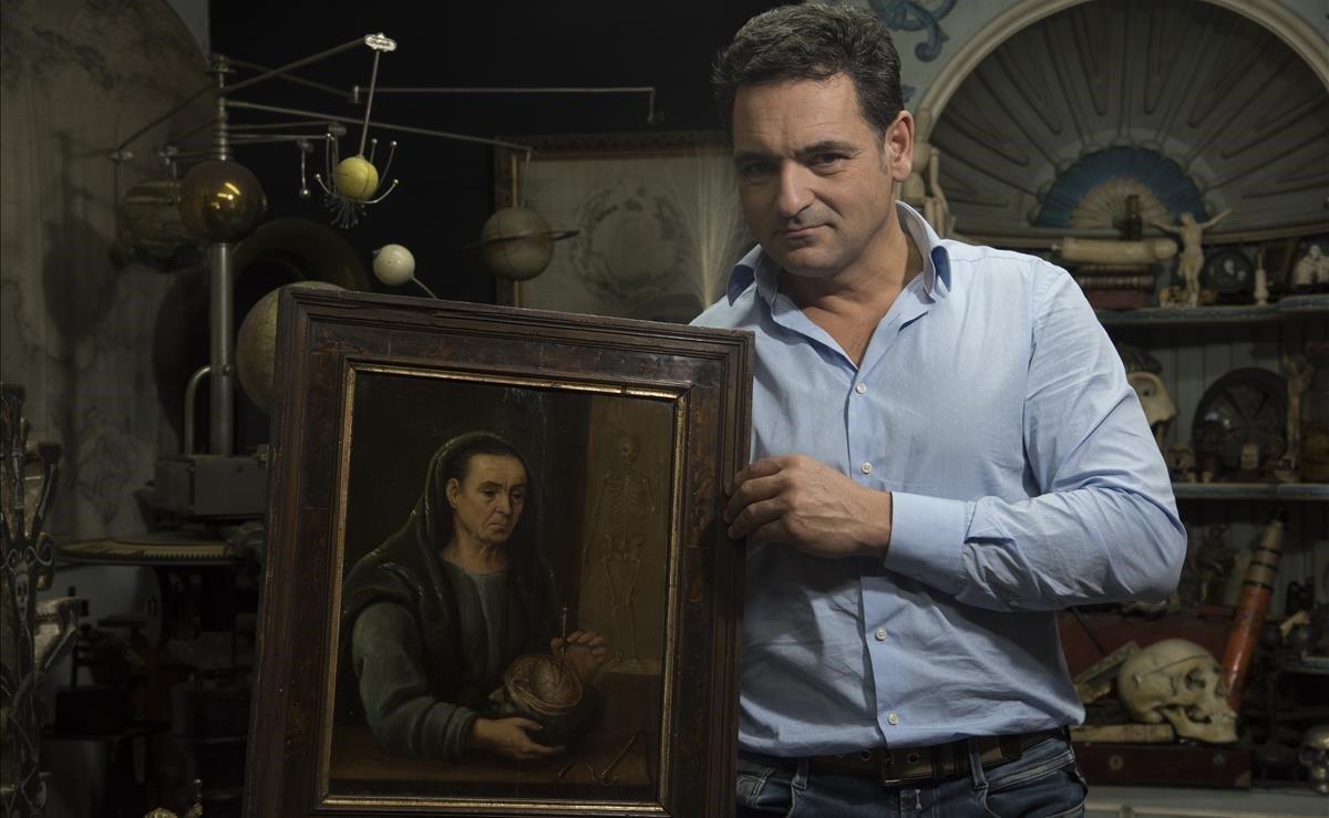 Víctor Gómez, junto a su lady anatomista.