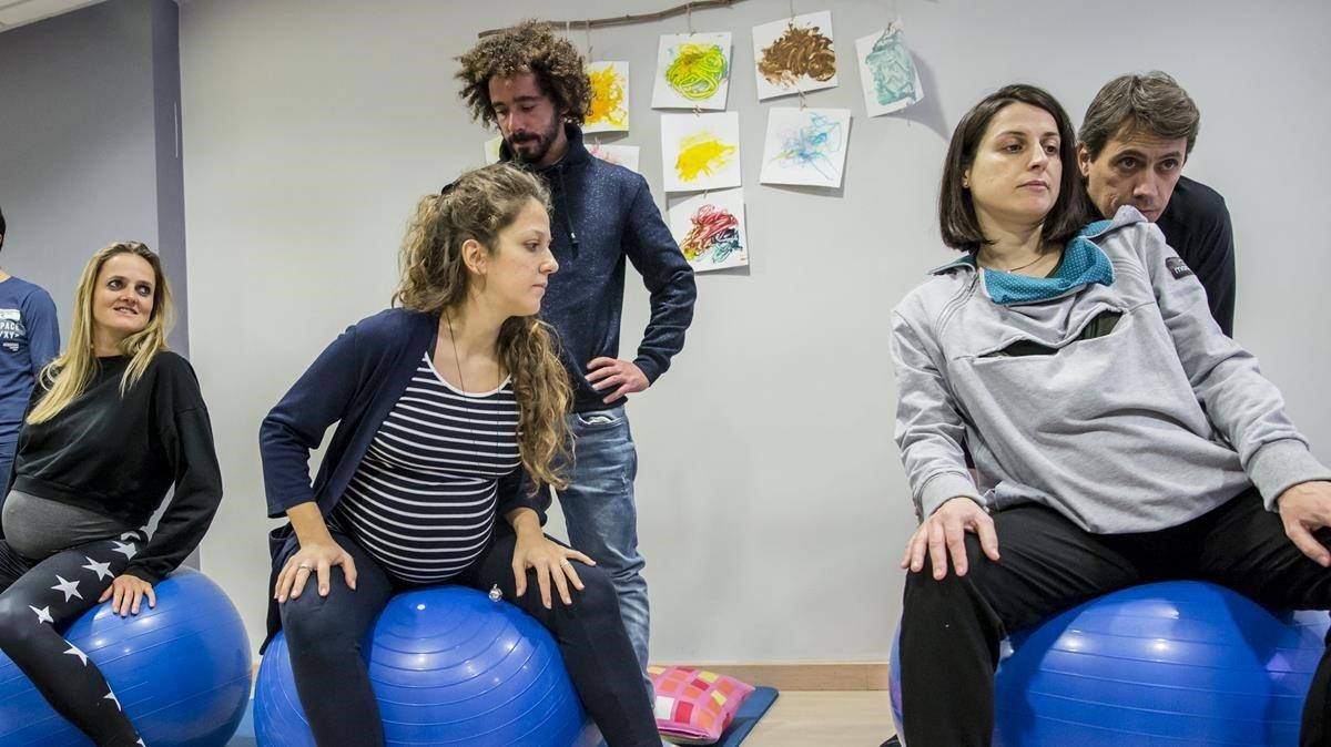 Un grupo de embarazadas y sus parejas, el viernes, en el centro Llevadonas de Barcelona, de preparación al parto.