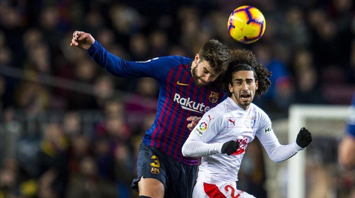Marc Cucurella disputa un balón aéreo con Gerard Piqué en un partido de Liga entre el Barça y el Eibar.