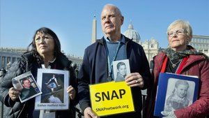 Miembros deSurvivors Network of those Abused by Priests (SNAP), este miércoles en Roma.