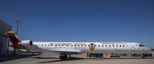 El Valencia ha presentado esta semana un avión tematizado con su Centenario... con el que espera viajar a la final de Sevilla