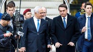 El primer ministro israelí Binyamin Netanyahu recibe a su homólogo brasileño, Jair Bolsonaro, en el aeropuerto de Tel Aviv.