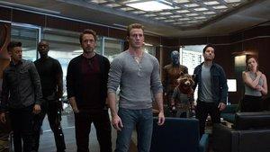 De izquierda a derecha, Ojo de Halcón, War Machine, Iron Man, el Capitán América, Nebula, Rocket, Ant-Man y la Viuda Negra, en un fotograma de Vengadores: Endgame.