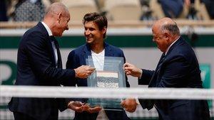 David Ferrer, recibiendo el galardón en la pìsta central de Roland Garros.
