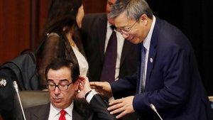 El secretario de Estado estadounidense Steven Mnuchin y el gobernador del Banco Central chino Yi Gang en la reunión de ministros de finanzas y gobernadores de bancos centrales previa al G20.