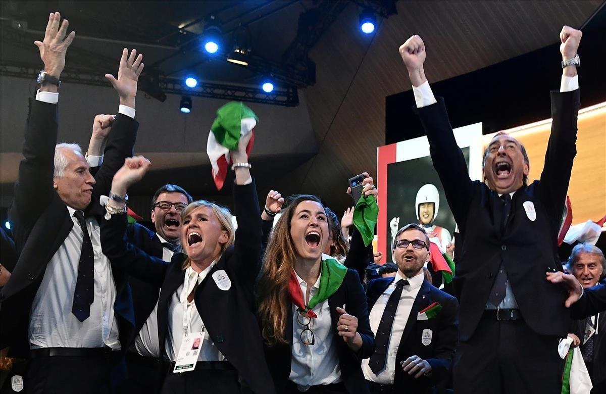 El Comité Olímpico Internacional ha adjudicado este lunes la sede de los Juegos de invierno del año 2026 a la candidatura de Milán-Cortina d'Ampezzo, que se ha impuesto a la de Estocolmo-Åre. Será la tercera vez que la cita olímpica invernal se dispute en Italia, después de las ediciones de 1956 en Cortina y 2006 en Turín. En la imagen las autoridades celebrando la victoria.
