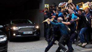 Pedro Sánchez, a su salida en coche del hospital de Sant Pau, donde visitó a agentes heridos en los disturbios de las protestas por la sentencia del 'Procés'