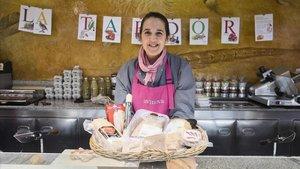 Pilar, del puesto Mercè del mercado de La Concepció, muestra unos fuagrás.