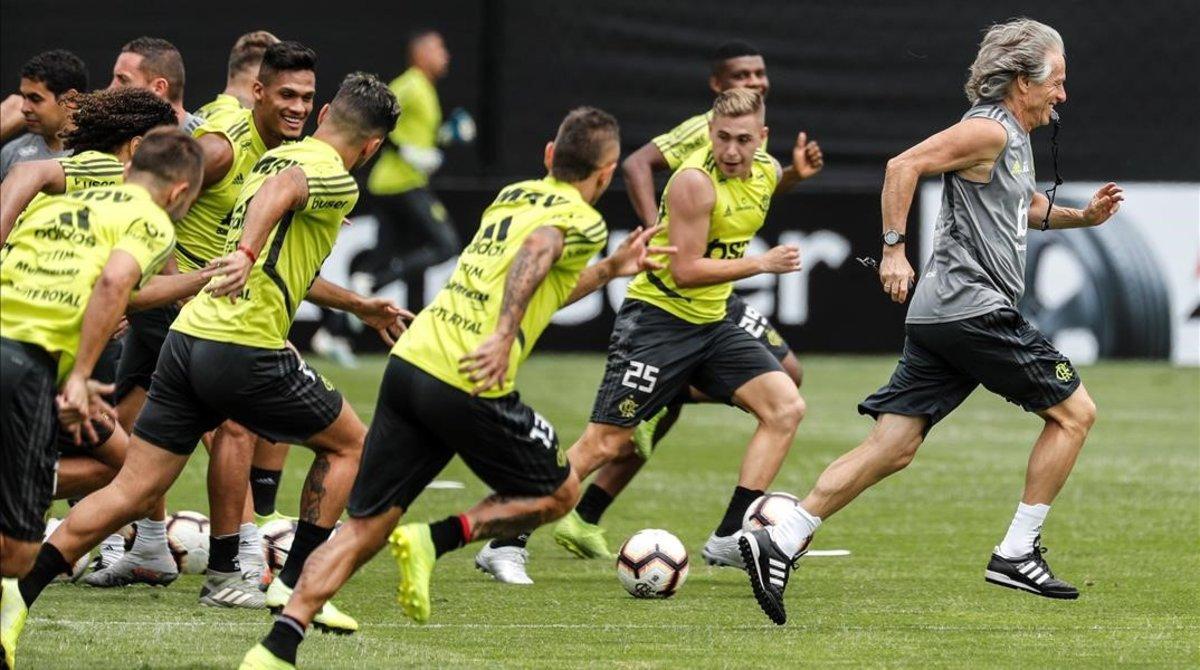 Jorge Jesús (derecha) dirige el último entrenamiento del Flamengo en Lima.