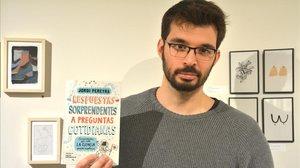 Jordi Pereyra muestra un ejemplar de su libro, el tercero que publica.