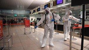 Soldados de la UME, en el aeropuerto de El Prat.