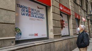Oficina del banco Santander con publicidad sobre la camapaña de pensiones de este año.