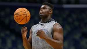 Zion Williamson calienta antes de un partido de pretemporada en el Smoothie King Center, en Nueva Orleans
