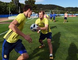 Zozulya, con el balón en las manos, durante un entrenamiento con Ucrania, en Carcasona, en el 2016.