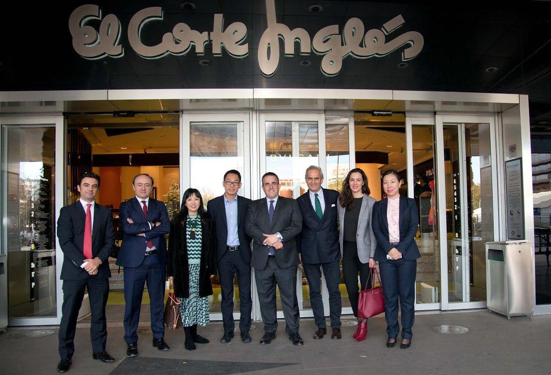 Los equipos que han participado en el acuerdo entre El Corte Inglés y Alibaba, con Víctor del Pozo (el cuarto por la derecha) y Rodrigo Cipriani (tercero por la derecha).