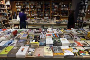 Expositor de una librería de Manlleu (Osona) en un día de Sant Jordi.