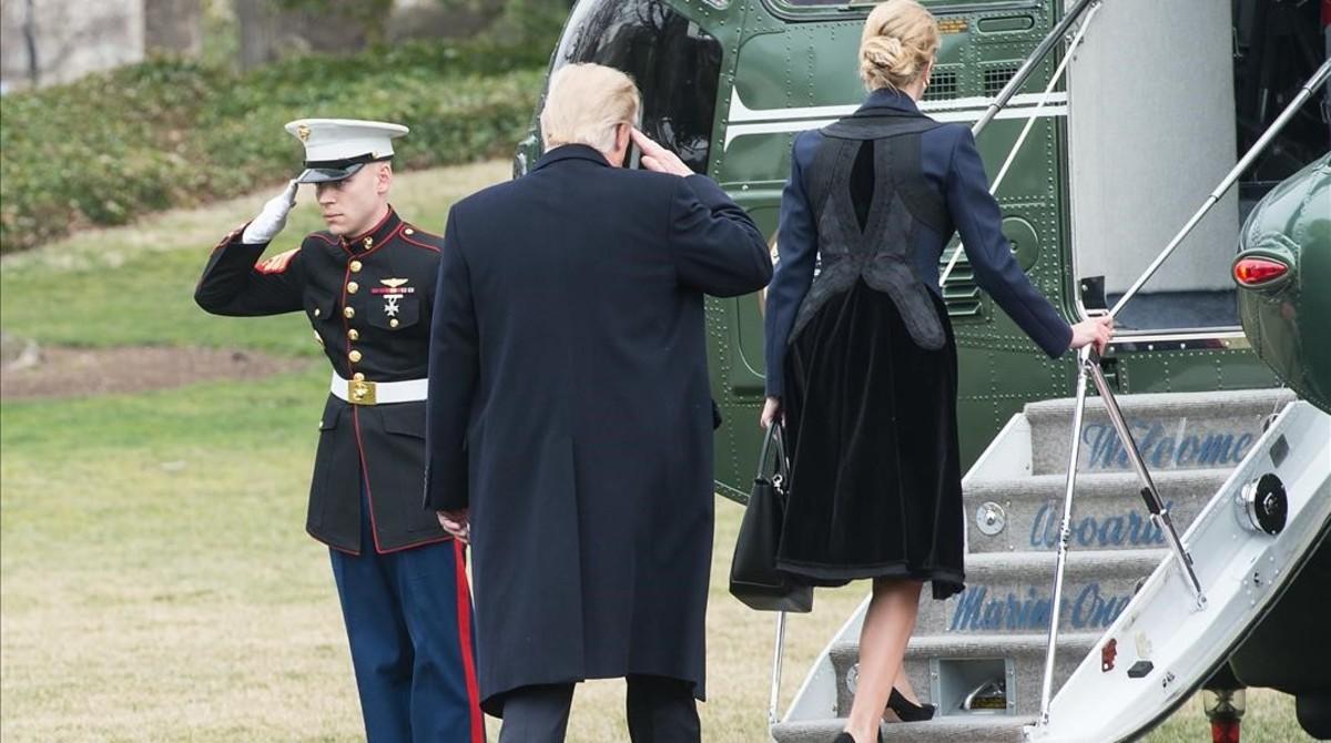 Trump y su hija Ivanka embarcan en el helicóptero Marine One, en la Casa Blanca, para dirigirse a la base de Dover, el 1 de febrero.