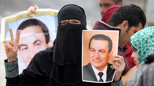 zentauroepp37511268 supporters of former egyptian president hosni mubarak hold u170302190349
