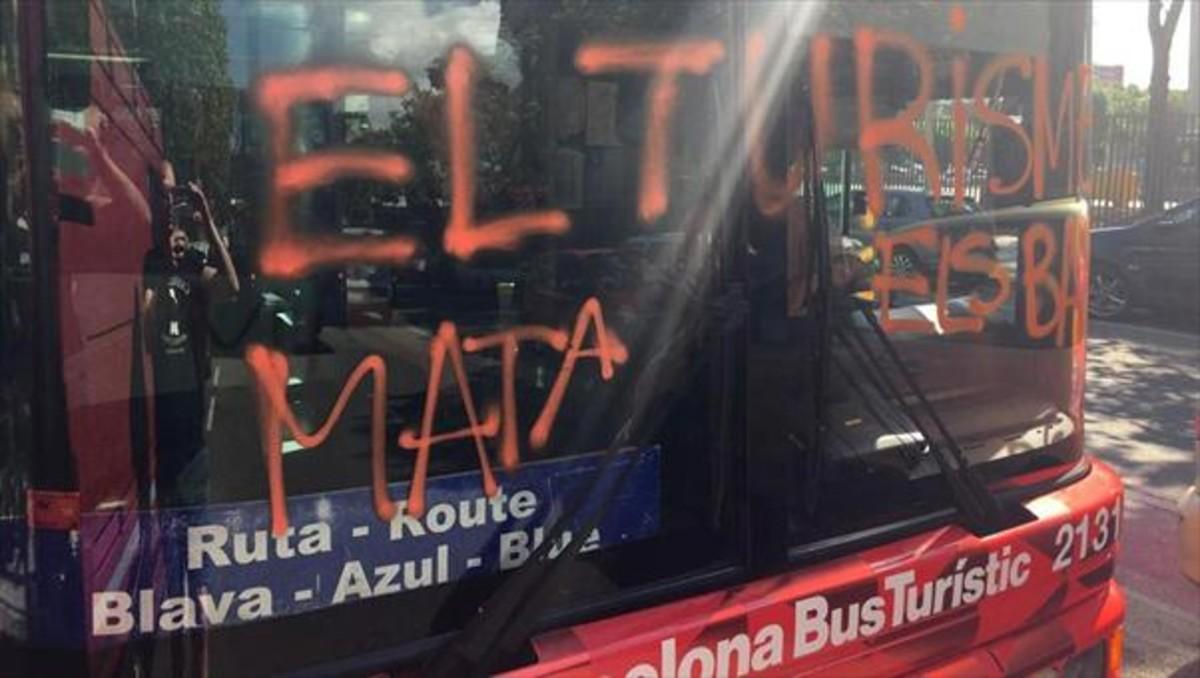Pintada en el parabrisas de un bus turístic realizada por Arran.